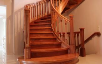 Цельнодеревянная изогнутая лестница