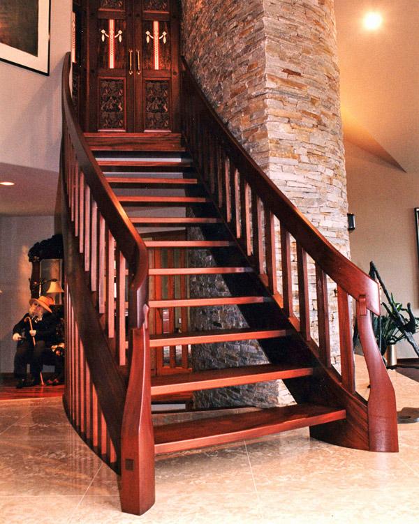 Деревянная лестница на тетивах слегка изогнутой формы