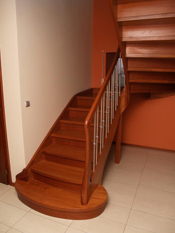 Цельнодеревянная тонированная П-образная лестница на тетивах