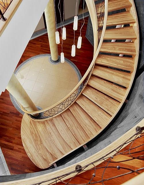 Изогнутая деревянная лестница из светлого ясеня