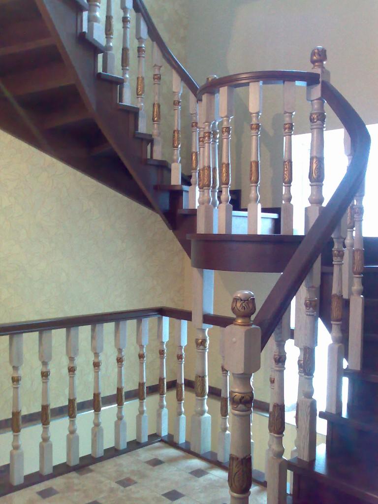 Цельнодеревянная лестница на косоурах с полукруглой площадкой и забежными ступенями
