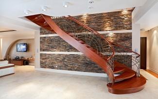 Легкая деревянная лестница на тетивах