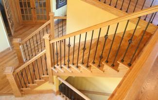 Светлая цельнодеревянная лестница на косоурах