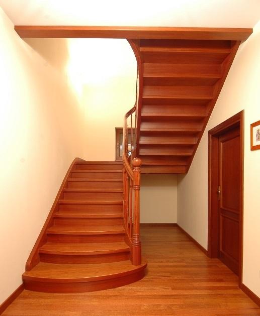 Цельнодеревянная тонированная П-образная лестница