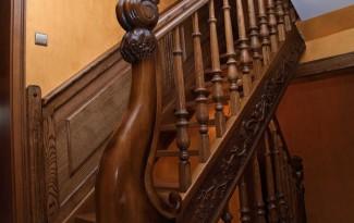 Цельнодеревянная тонированная лестница на тетивах без подступенков
