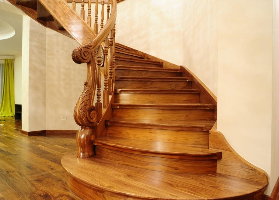 Цельнодеревянная тонированная лестница произвольной конфигурации на тетивах