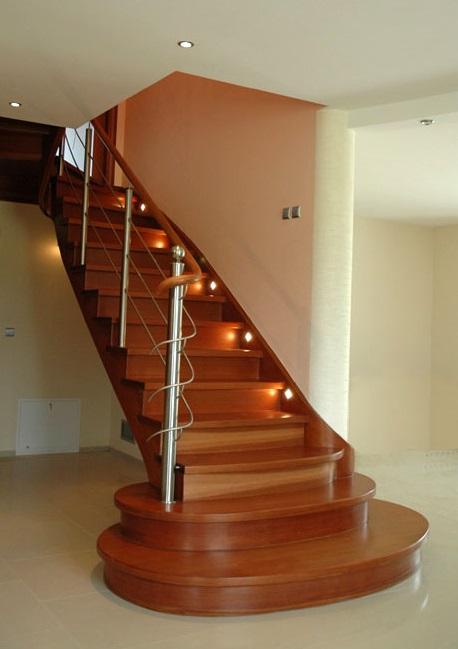 Цельнодеревянная П-образная лестница из тонированной вишни с тетивой