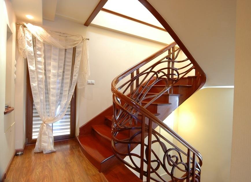 Деревянная П-образная лестница с яркой тонировкой